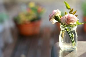 Bild på blommor i en glasvas.