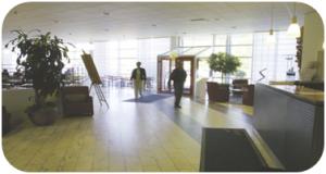Förändring av inredning på ett konferenscenter.